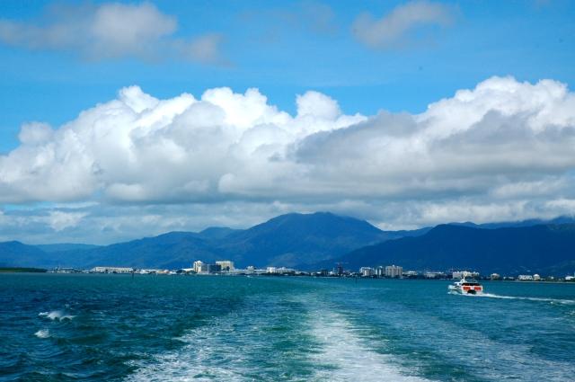 A cidade de Cairns com o Reef Fleet Terminal ao fundo.