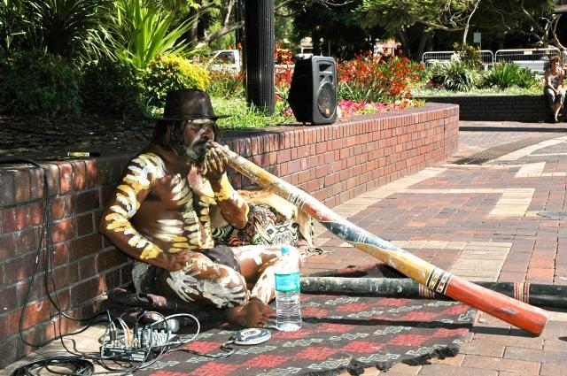 Aborígene tocando Didjeridu - Instrumento de sopro