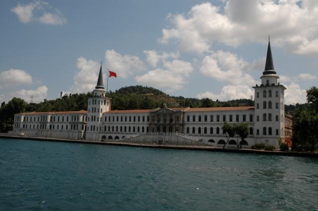 Um dos palácios que enfeitam as margens do Bósforo
