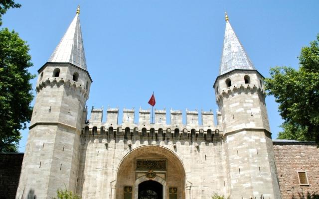 A imponente entrada do Palácio Topkapi