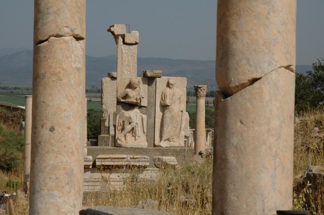 Colunas e estátuas em Éfeso