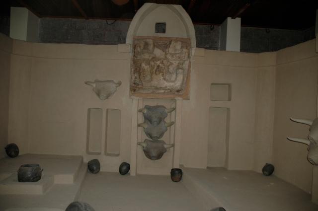 Reconstituição de um cômodo do VI milênio a.c. da cidade de Çatalhöyük, uma das mais antigas do mundo.
