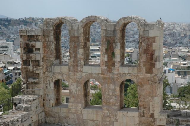 As ruínas arqueológicas aparecem no meio da cidade cinzenta