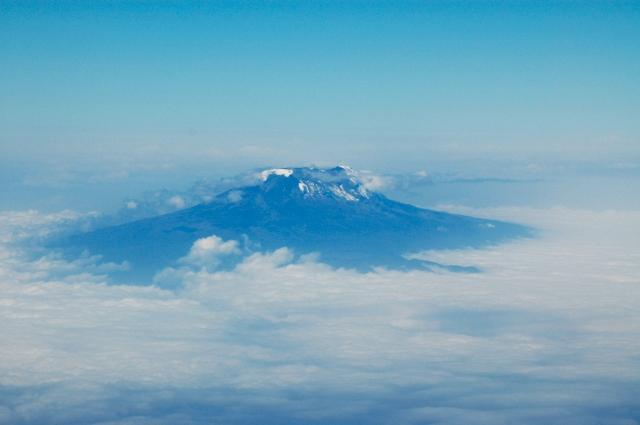 O vulcão Kilimanjaro surge sobre as nuvens.