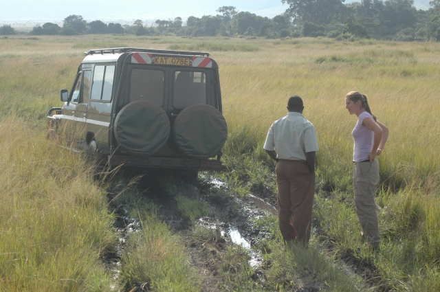 Carro atolado na savana do Quênia