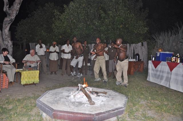 Jantar na beira da fogueira no Acampamento Chitabe Lediba