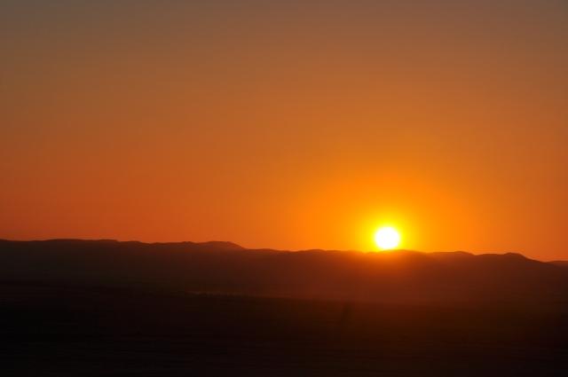 O pôr-do-sol incendeia o céu da África