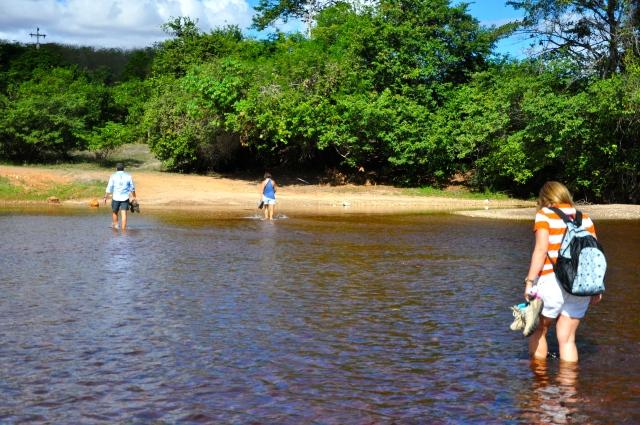 Atravessando o Rio Paraguaçu a pé.