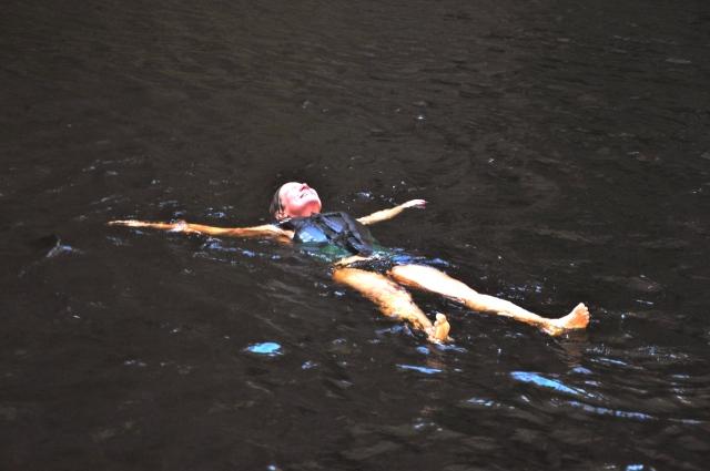 Nadando na água gelada do Buracão.