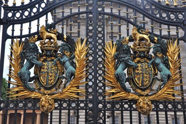 Detalhes do portão do Palácio de Buckingham.