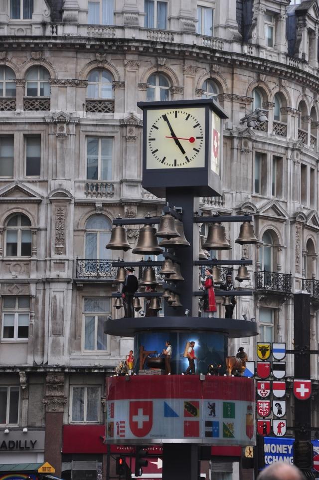 Relógio de rua no Piccadilly Circus.