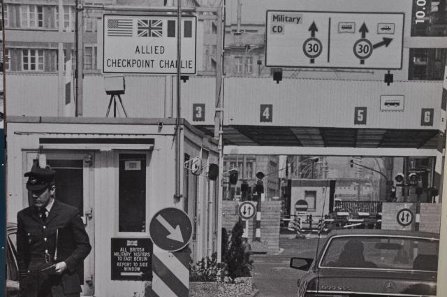Imagem da fronteira entre a Berlim Ocidental e Berlim Oriental