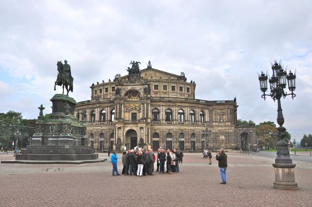 O prédio da Ópera Estadual da Saxônia com a estátua do Rei João.