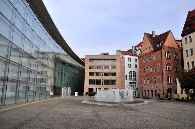 O contraste entre o antigo e o moderno dentro dos muros de Nuremberg