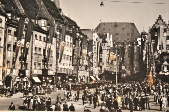 Cartão postal em Nuremberg mostra desfile do partido nazista.