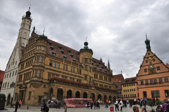 A Markt Platz com o prédio da prefeitura em destaque.