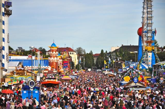 A multidão se diverte no Oktoberfest em Munique