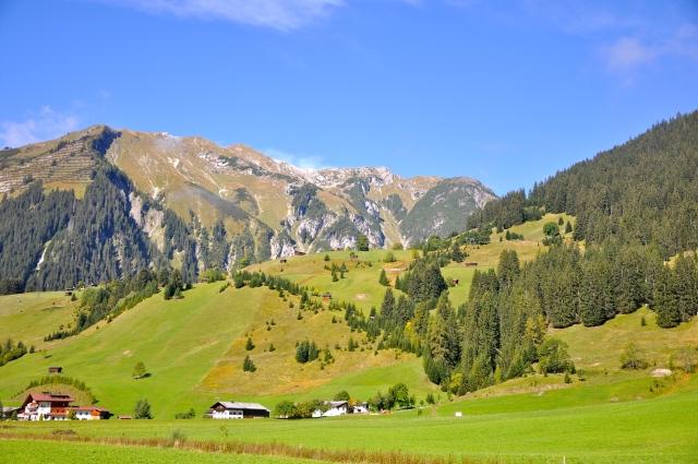 As fazendas de gado leiteiro se sucedem ao longo da estrada.