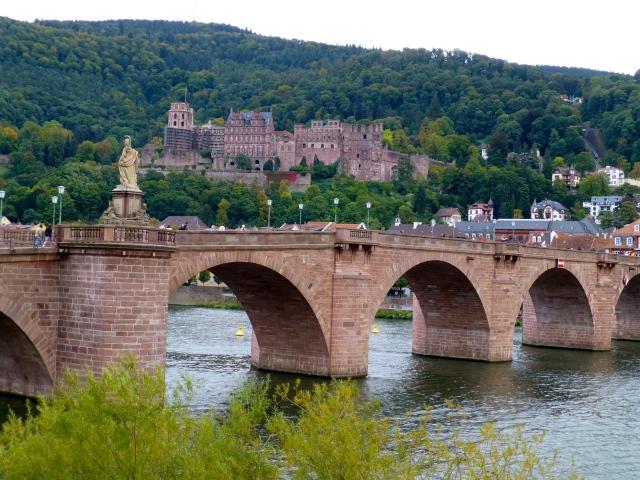 O castelo de Heidelberg por trás da Ponte Velha.
