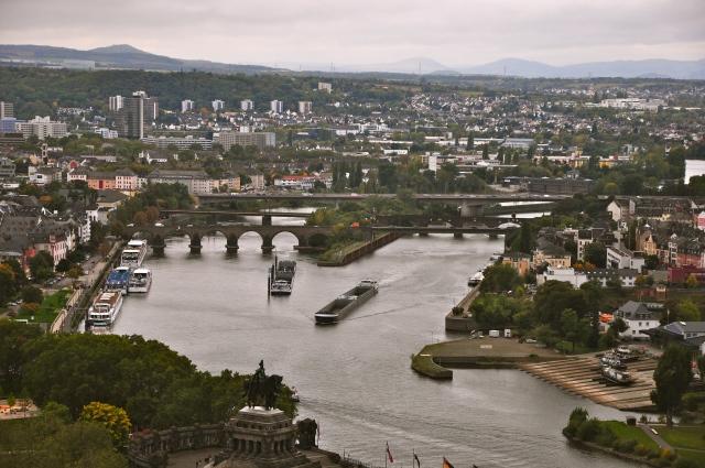 Transporte fluvial intenso em Koblenz