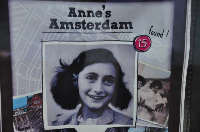 Folheto na entrada do Museu de Anne Frank