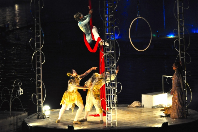 O espetáculo é uma ópera no meio do lago.