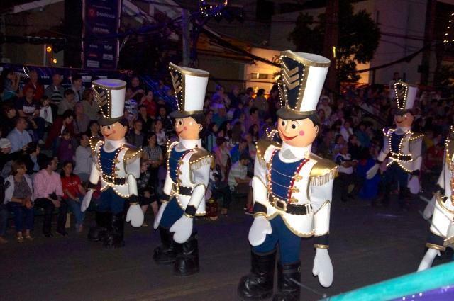 Bonecos fecham o desfile