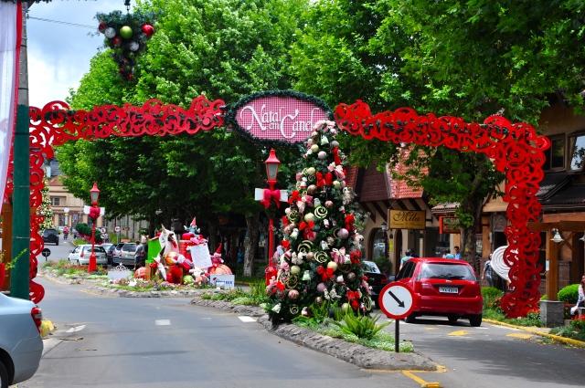 A cidade de Canela decorada para o Natal.