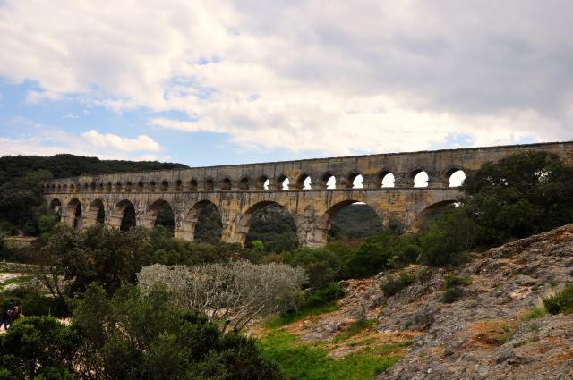 A ponte sobre o Rio Gard possui 465 metros de comprimento.