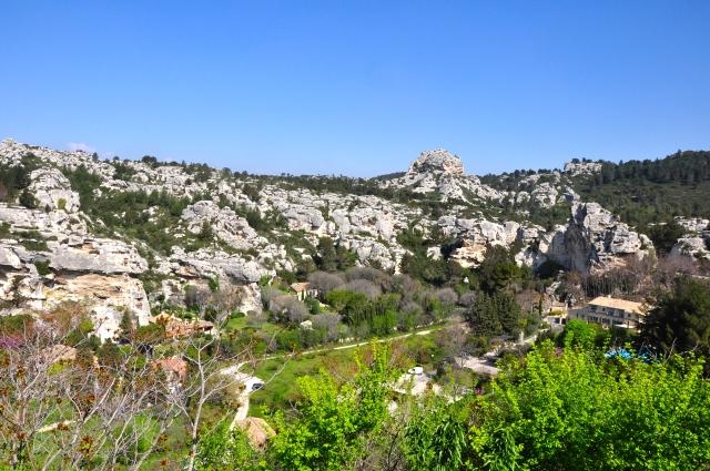As colinas calcárias próximas a Les-Baux-de-Provence