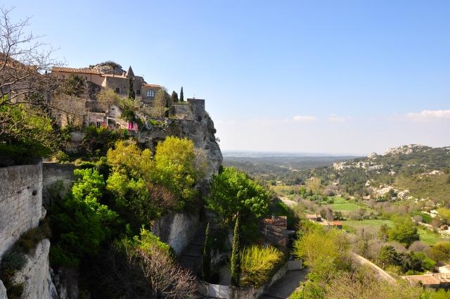 A cidadela abandonada de Les-Baux-de-Provence, no alto da colina.