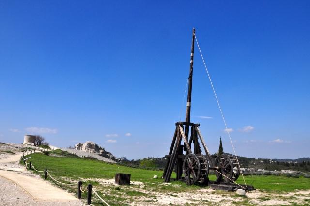 Uma catapulta na área do castelo.