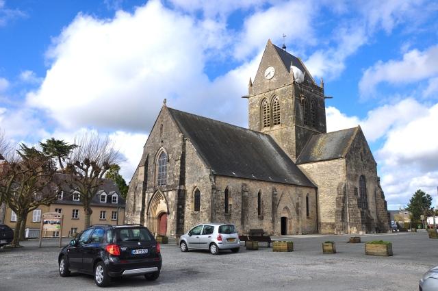 A igreja na praça central de Sainte Mére Eglise.