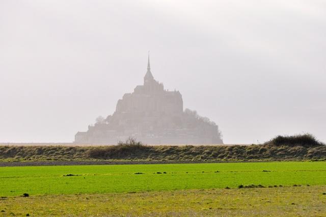 O Monte envolvido pela bruma da Normandia.