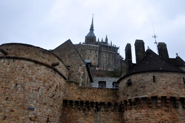 A abadia era uma fortaleza impenetrável.