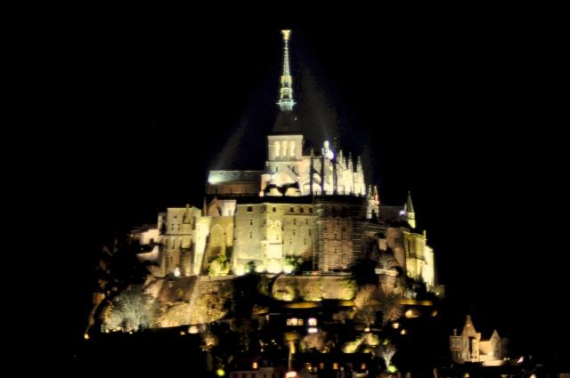 O Monte Saint-Michel à noite.
