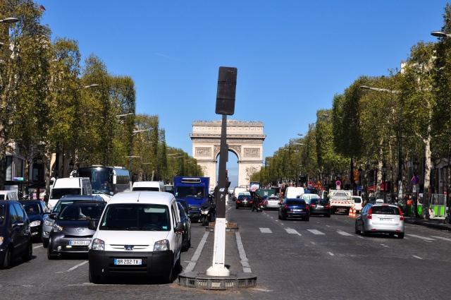 As principais avenidas convergem para o Arco do Triunfo.