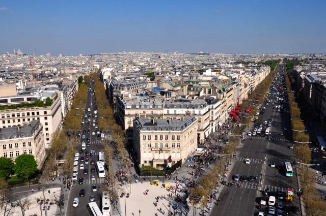 No traçado urbano de Paris, as principais avenidas convergem para o Arco do Triunfo