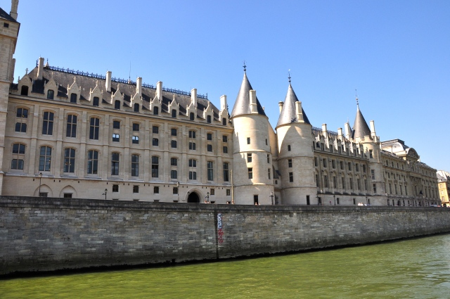 O maravilhoso prédio da Conciergerie visto do Sena