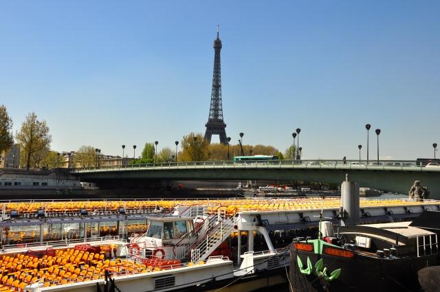 O porto da Ponte d'Alma, de onde sai o passeio do Bateaux Mouche.