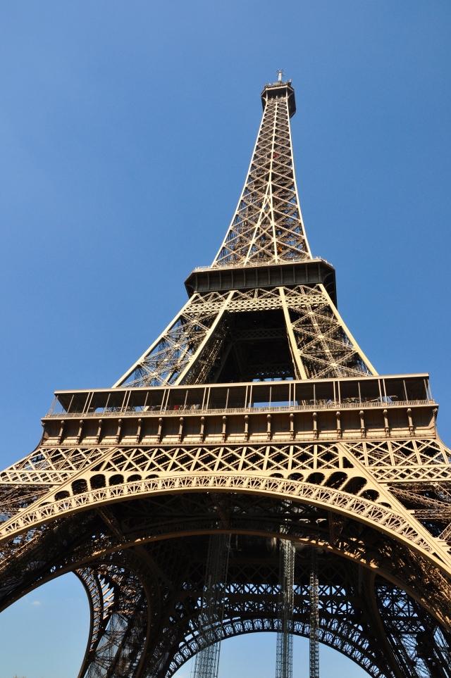 O arco de entrada da Torre Eiffel