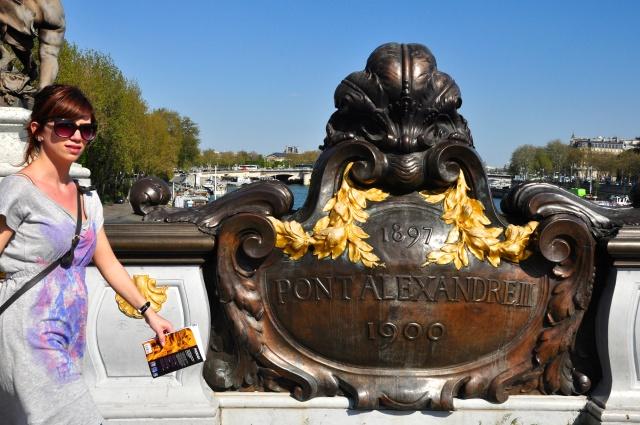 A placa comemorativa da Ponte Alexandre III