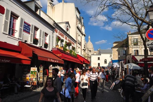 O vai e vem das ruas de Montmartre