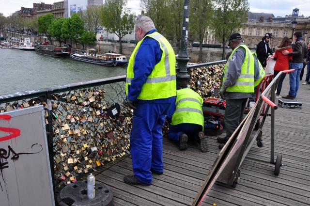 A prefeitura retirando os cadeados.
