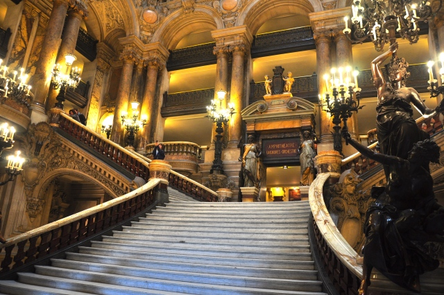 O interior da Ópera ricamente decorado.