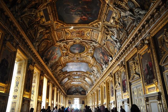 A riqueza do Palácio engrandece o Louvre.