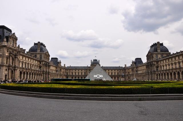 """A grandiosidade do Palácio do Louvre em forma de """"U""""."""
