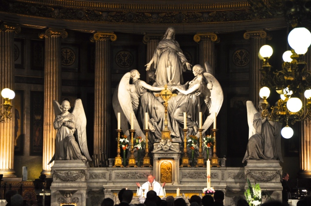 O interior da igreja em homenagem a Santa Maria Madalena