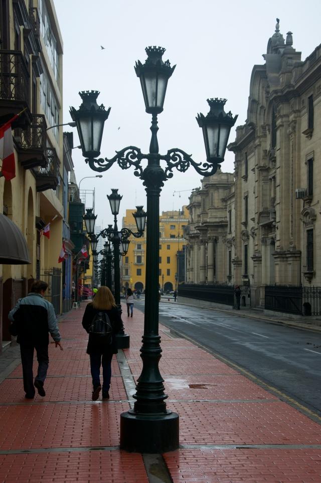 O centro histórico de Lima estava deserto e isolado pela polícia.