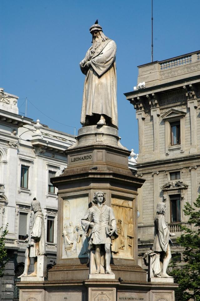 Estátua de Leonardo da Vinci em Milão.